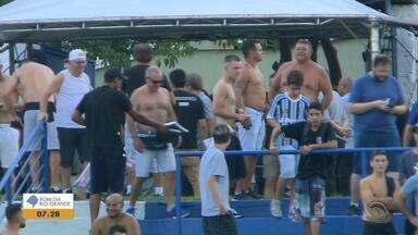 Punição ao Grêmio, imposta pelo STJD, impede que torcedores entrem no estádio com camisa - Assista ao vídeo.