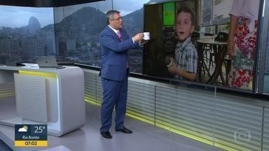 Menino Bernardo ganha caneca do Bom Dia RJ - Bernardo tem 5 anos e é fã do Bom Dia RJ. Fachel deu uma caneca do jornal de presente para o menino.