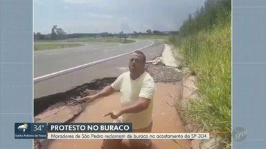 Morador de São Pedro entra em buraco no acostamento da SP-304 para protestar - Vídeo enviado por telespectador mostra buraco na rodovia Geraldo de Barros (SP-304), que liga Piracicaba (SP) a São Pedro (SP).