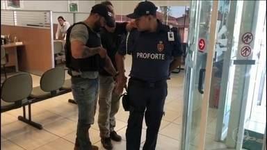 Polícia de Goiás prende dois suspeitos de terem assaltado um casal em Jataí - Um dos presos é o vigilante do banco, de onde o casal sacou dinheiro, antes do assalto.