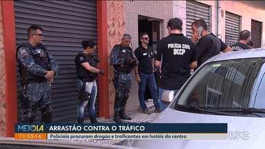 Policiais fazem operação em hotéis do centro de Curitiba - Eles procuravam por drogas, traficantes e foragidos da justiça.
