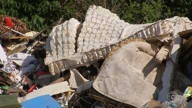 Moradores de Sorocaba e Votorantim continuam despejando lixo em ecopontos desativados - Muitos ecopontos estão desativados em Sorocaba e Votorantim (SP), mas, pelas imagens que você vai ver na reportagem, parece que, além de falta de consciência, está faltando informação.