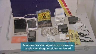 Adolescentes são flagrados ao buscarem sacola com droga e celular no Pomeri - Adolescentes são flagrados ao buscarem sacola com droga e celular no Pomeri.