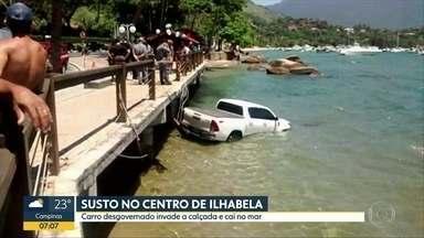 Susto no centro de Ilhabelha - Carro desgovernado invade a calçada e cai no mar
