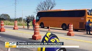 Ônibus com 52 multas é apreendido pela PRF - Ele foi parado na BR-040, próximo de Cristalina (GO). O veículo foi levado para o pátio da PRF e só volta a rodar quando todas as multas e o licenciamento forem pagos.