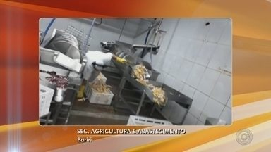 Avícola é interditada após fiscalização em Bariri - Além de sujeira, foram encontradas embalagens falsificadas, aves acondicionadas em geladeiras com temperatura inadequada e equipamentos quebrados.