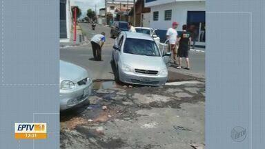 Buraco com água parada gera transtorno e já causou acidente em São Carlos - Carro já caiu em cratera no Jardim Primavera.