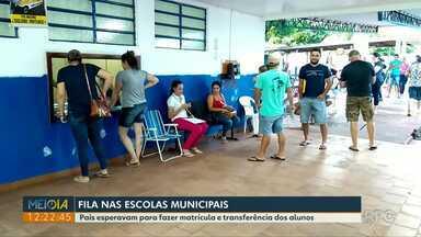 Pais fazem fila para matricular e transferir filhos na rede municipal de Foz do Iguaçu - Atendimento nas escolas voltou nesta sexta-feira (1º).