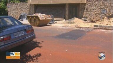 Morador diz ter prejuízo depois de obras incompletas pelo Daerp em Ribeirão Preto, SP - Departamento quebrou calçada e deixou sujeira em frente ao estabelecimento de comerciante.
