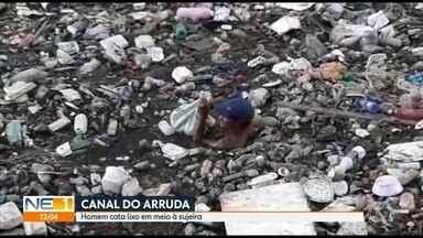 Homem cata lixo em canal na Zona Norte do Recife - Ele pulou na água em meio aos resíduos, no Arruda
