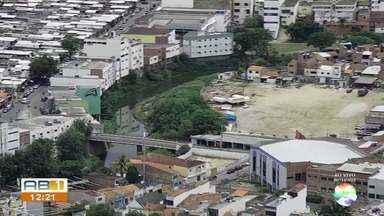 Operação Verão 2019 leva ações de limpeza para o Rio Ipojuca e canais de Caruaru - Objetivo é prevenir inundações para os meses chuvosos, diz prefeitura.