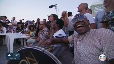 Personalidades do samba fazem esquenta para o carnaval na Praça Mauá - Atrás do Museu do Amanhã, artistas como Dudu Nobre, Neguinho da Beija-Flor, Arlindinho, os grupos Pique Novo, Swing e Simpatia, entre outros fizeram uma animada roda de samba. O Carnaval acontece no início de março.