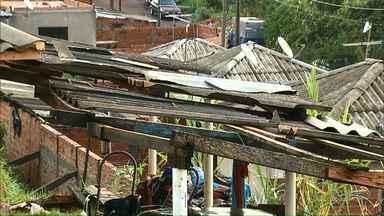 Defesa Civil começa distribuição de telhas para 63 famílias em Cambé - O temporal que passou em parte de um bairro no último dia de janeiro atingiu dezenas de residências.