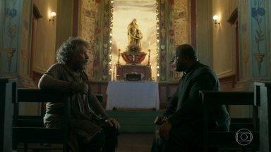 Padre Ramiro pede a opinião de Feliciano sobre Gabriel - Religioso afirma que Feliciano esconde que tem dinheiro e finge se passar por mendigo por causa da irmandade
