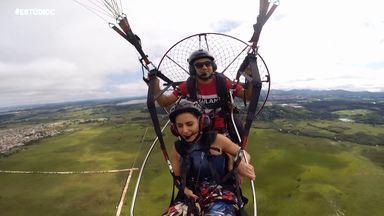 É adrenalina que você quer? Voe de paramotor com o 'Estúdio C' (parte 1) - Daiane Fardin topou o desafio e cruzou o céu paranaense