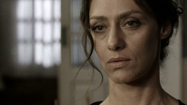 Júlia - Sessão 01 - Júlia chega alcoolizada após uma noite em claro e chora na terapia. Ela admite que brigou com o namorado porque está apaixonada por Theo. Ele disfarça, mas fica atordoado.