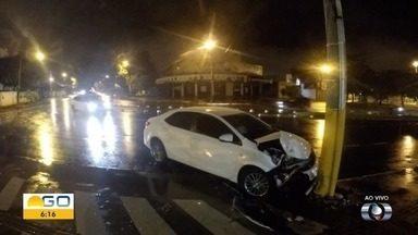 Carro bate contra poste em avenida de Goiânia - Chovia no momento do acidente. Frente do veículo ficou danificada.