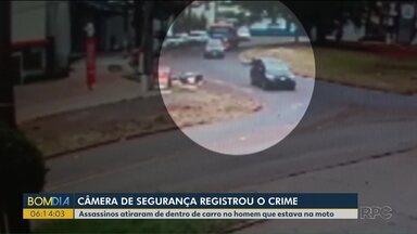 Câmeras de segurança registram assassinato de motociclista em Maringá - Assassinos atiraram de dentro de carro no homem que estava na moto.