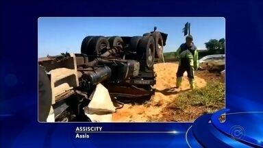 Caminhoneiro morre após caminhão tombar em rodovia de Assis - Segundo o Corpo de Bombeiros, antes de tombar o caminhão bateu em uma defensa metálica e a carga ficou espalhada no acostamento. O trânsito não precisou ser interditado.