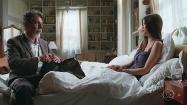 Dalton afirma que Cris precisa de repouso antes de retornar ao casarão de Julia - Ela tenta convencer o médico a liberá-la, mas ele diz que o principal é cuidar da saúde