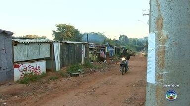 Famílias da favela Brejo Alegre em Rio Preto devem desocupar área em até quatro meses - As 54 famílias que vivem na favela do Brejo Alegre, em São José do Rio Preto (SP), terão de desocupar os barracos em até quatro meses, após a decisão judicial da audiência realizada nesta quarta-feira (6).