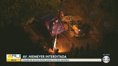 Bombeiros trabalham para retirar ônibus preso em deslizamento - Bombeiros trabalham para retirar ônibus preso em deslizamento