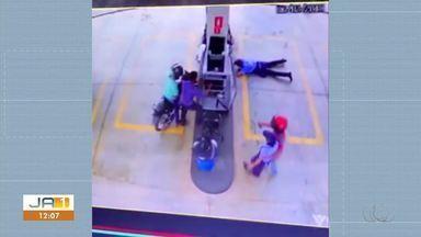 Câmeras de segurança flagram ladrões rendendo funcionários de posto de combustível - Câmeras de segurança flagram ladrões rendendo funcionários de posto de combustível