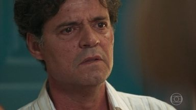 Américo tenta se aproximar de Cris, que o vê como Eugênio e ofende o pai - Ele fica sensibilizado quando Margot o conforta