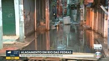 Moradores de Rio das Pedras enfrentam ruas alagadas e falta de energia elétrica após chuva - Moradores fecharam a rua e fizeram uma manifestação, pois estavam sem luz há 24 horas.