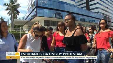 'UniRuy': estudantes protestam após mudanças na área de convivência da faculdade - Após mudanças, a área de convivência dos alunos foi improvisada na garagem do prédio.