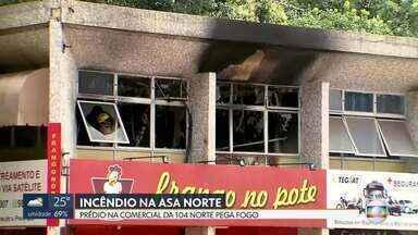 Prédio pega fogo na 104 Norte - O incêndio foi numa sala de uma empresa de segurança e rastreamento de veículos. De acordo com os bombeiros, na hora em que o fogo começou dois funcionários estavam mexendo no ar condicionado e houve uma explosão. Ninguém ficou ferido.