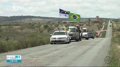 Moradores se reúnem para tapar buracos na PE-170 - Rodovia liga Canhotinho a Lajedo.