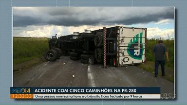 Uma pessoa morre em acidente entre cinco caminhões na PR-280, no sudoeste - Trânsito ficou fechado por 9 horas.