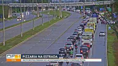 Motoristas param no acostamento para comprar pizza - A pizzaria improvisada fica na BR-040, sentido Valparaíso.