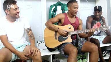 Elenco do Avenida afina entrosamento com música e violão - Assista ao vídeo.