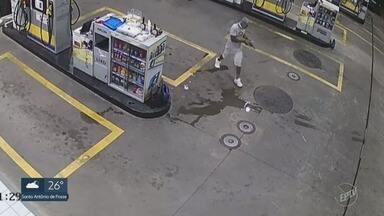 Assaltante rouba caixa e agride frentista em posto de combustíveis em Campinas - Crime ocorreu na noite de sexta (8), no Jardim Flamboyant. O criminoso fugiu com dinheiro do funcionário.