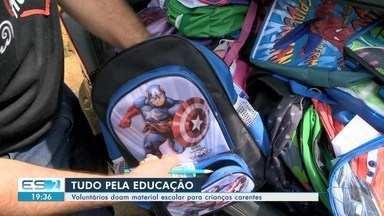 Voluntários doam material escolar para crianças carentes em Cariacica, ES - Ação de solidariedade aconteceu no bairro Areinha.