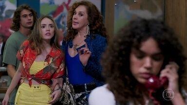 Manu vê Moana no hotel - Quinzão se interessa por Moana. João decide acompanhar Manu no ensaio fotográfico e os dois são surpreendidos ao ver a repórter no local