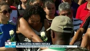 Vítimas de incêndio no Flamengo são enterradas - Duas vítimas do incêndio no CT Ninho do Urubu foram enterradas neste sábado (9). Arthur foi enterrado em Volta Redonda, no dia do aniversário.