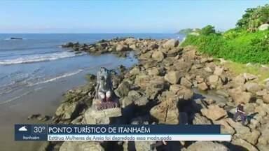 """Ponto turístico é vandalizado em Itanhaém - Monumento """"Mulheres de Areia"""", na Praia dos Pescadores, teve a cabeça quebrada na madrugada deste sábado (8)."""
