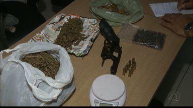 Homem é preso suspeito de traficar drogas no estacionamento de um supermercado - Maconha foi apreendida.