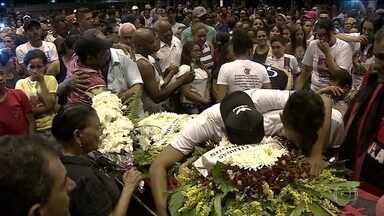 Três adolescentes mortos em incêndio no CT do Flamengo são enterrados - No domingo (10), parentes e amigos se despediram de três adolescentes mortos no incêndio. Outras cinco vítimas serão enterradas na segunda-feira (11) e na terça-feira (12).