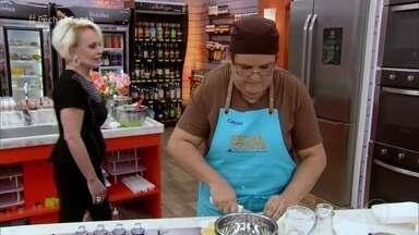 Participantes preparam seus bolos para a semifinal - Na prova de texturas, os confeiteiros preparam um bolo com recheio cremoso, cobertura crocante, sem chocolate e com frutas