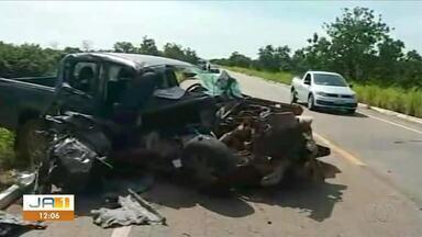 Uma pessoa morre e duas ficam feridas após caminhonete bater em peça de colheitadeira - Uma pessoa morre e duas ficam feridas após caminhonete bater em peça de colheitadeira