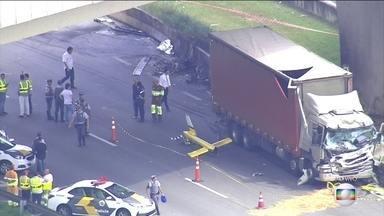 Boletim: peritos investigam causa do acidente aéreo que matou o jornalista Ricardo Boechat - O acidente foi reportado às 12h14. A queda do helicóptero aconteceu perto do quilômetro sete do Rodoanel, sentido Castelo Branco, em São Paulo.