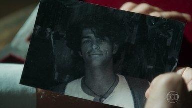 Sóstenes olha uma foto antiga de Murilo - Sóstenes se mostra preocupado com sumiço de Feijão