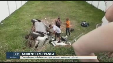 Carro despenca de barranco e quebra muro de chácara em Franca, SP - Motorista seguia pela Rodovia João Traficante quando foi atingido por um micro-ônibus.