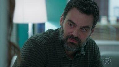 Rafael diz que não sabe quem é Gabriela de verdade - Agora que sabem que são irmãos biológicos, Alex e Márcio se desentendem e brigam em casa