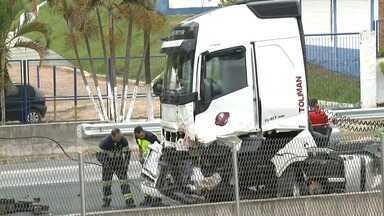 Operário de obra morre ao ser atropelado por caminhão na Fernão Dias - Motorista não teria visto a sinalização de interdição na pista para obras. Uma pessoa morreu e três ficaram feridas.