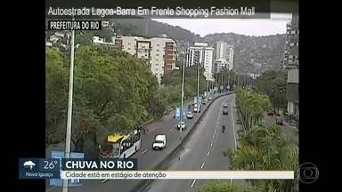 Boletim: Centro de Operações confirma que chuva perdeu força no Rio - Imagens de satélite mostram que a chuva está se deslocando para a região metropolitana e região serrana do Rio. Algumas ruas do Jardim Botânico e parte de Jacarepaguá ainda estão sem luz.